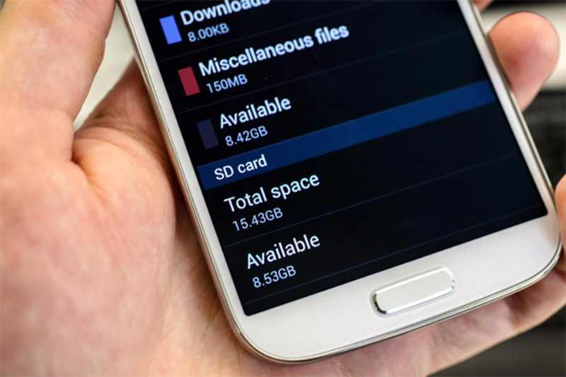Samsung conseille aux utilisateurs du Galaxy S4 d'acheter une carte SD.