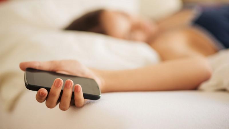 un utilisateur sur deux dort avec smartphone