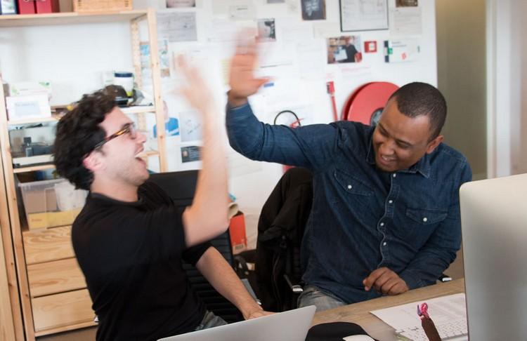 Joe et Nur de Fairphone qui célèbre la vente des premiers smartphones.