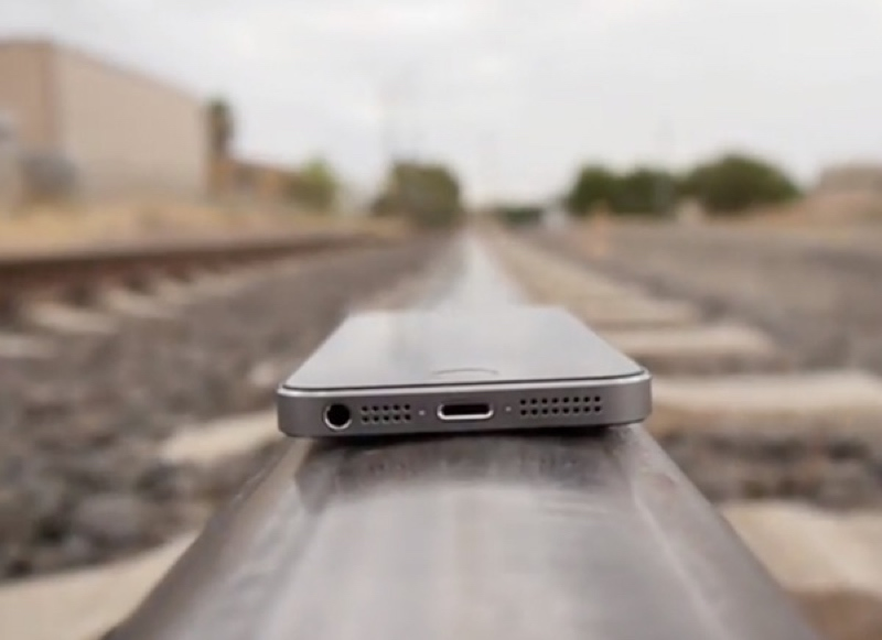 homme arrete recharger iphone train