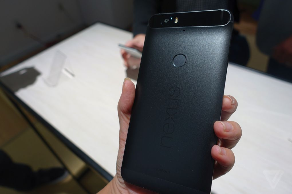 Prise main Nexus 6P lecteur empreintes