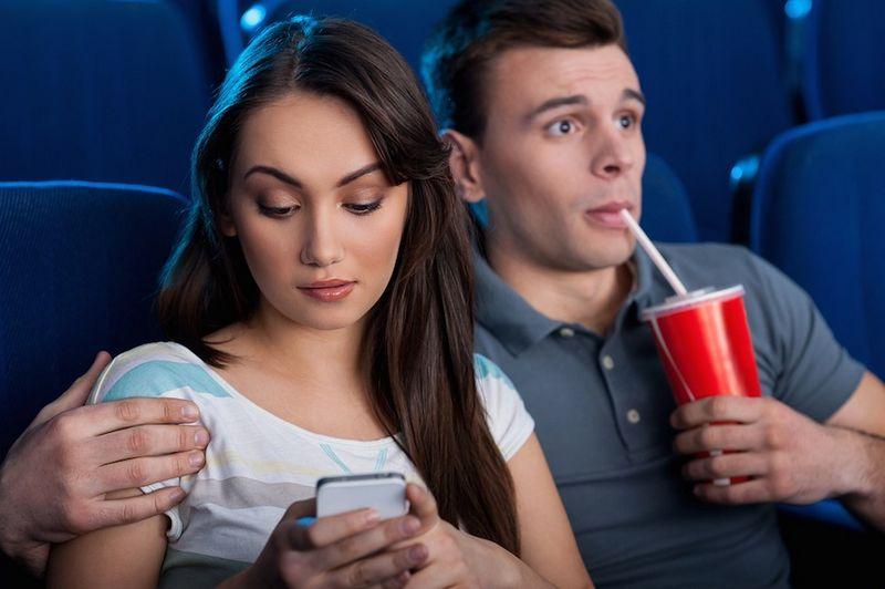 femmes accro smartphones
