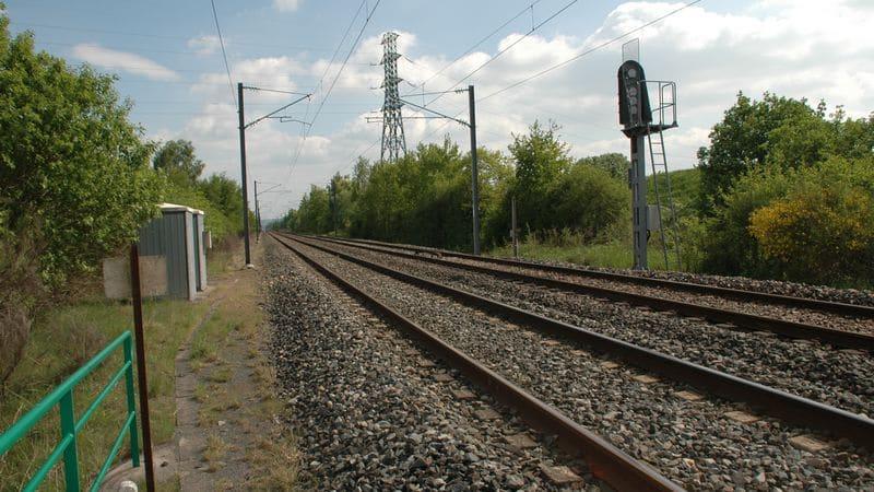 Elle tente de prendre un selfie au bord d 39 une voie ferr e et meurt happ e par un train - Maison au bord de la voie ferree ...