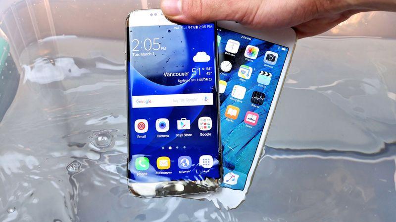 Six smartphones phares testent leur résistance dans un bain d'eau salée