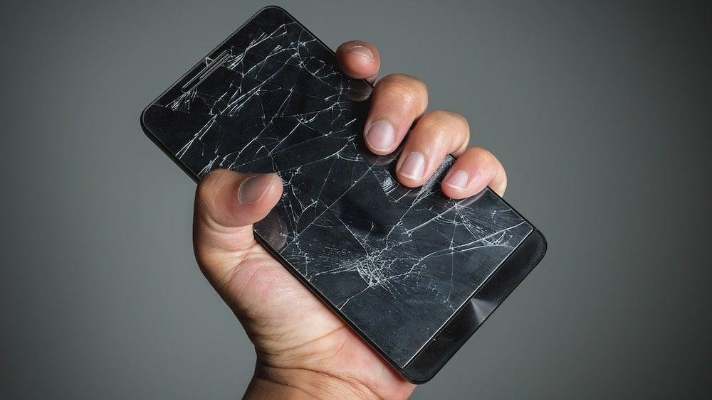 Smartphone écran cassé : N'essayez pas de le rattraper !