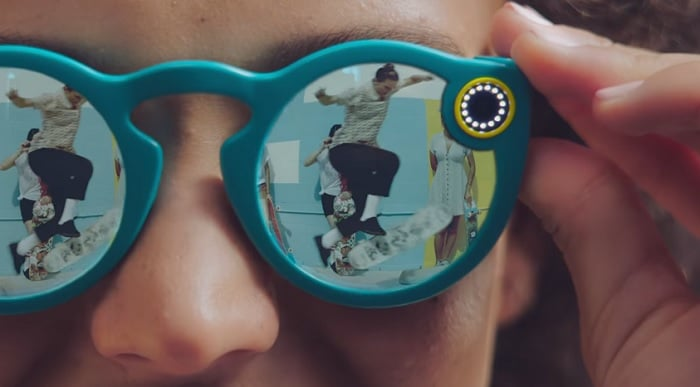 Les lunettes vidéos Snapchat en vente dans des distributeurs automatiques — Vidéo