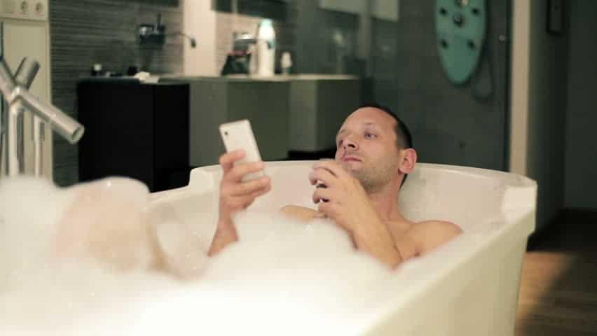 Un jeune homme meurt lectrocut par son smartphone for Salle de bain homme