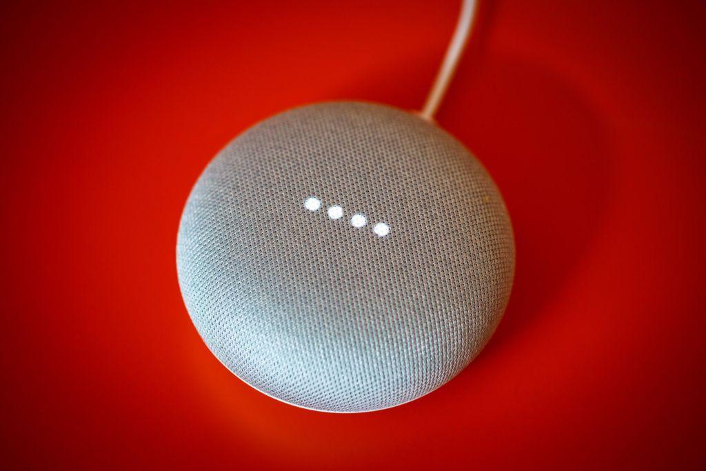 google home mini un bug pousse l 39 enceinte espionner ses utilisateurs. Black Bedroom Furniture Sets. Home Design Ideas