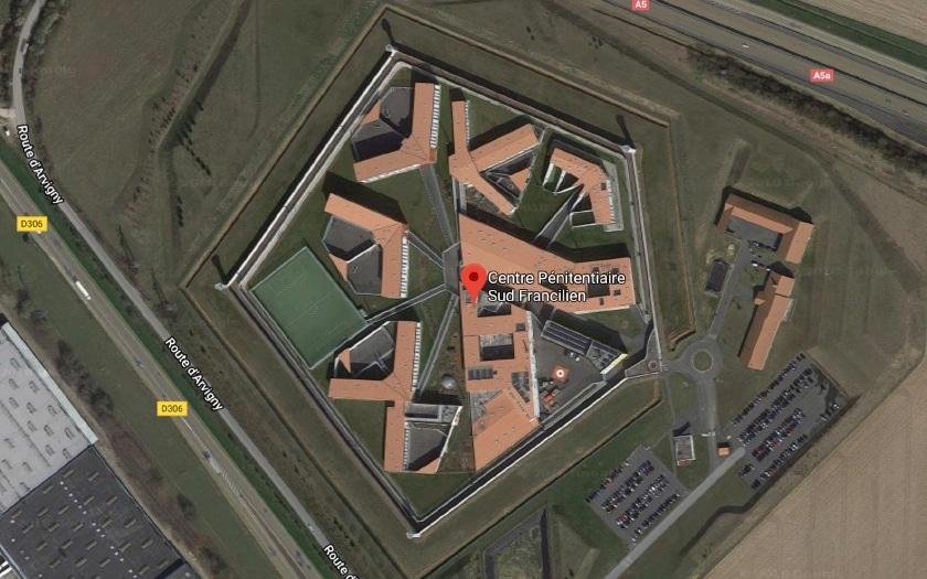 La prison de Réau, toujours visible dans Google Maps