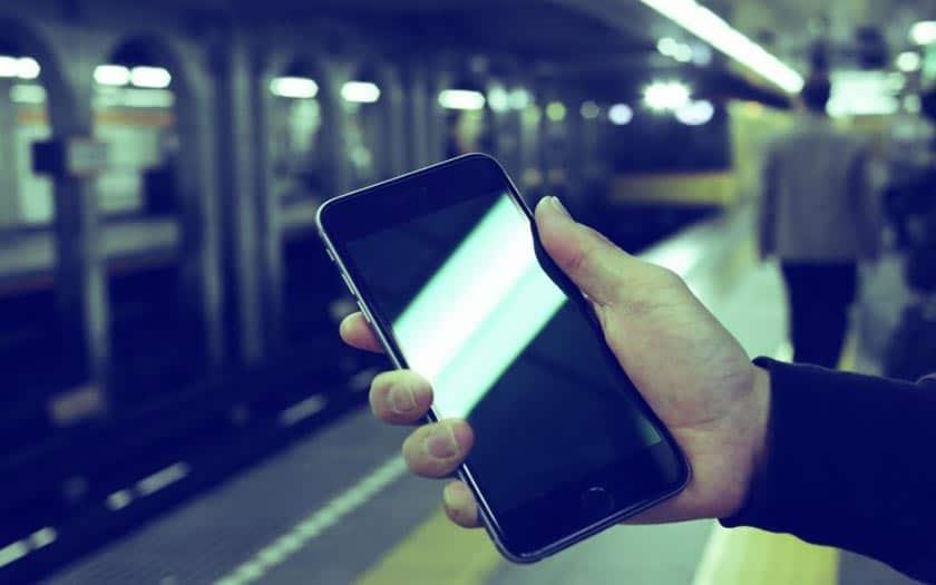 ticket de métro et navigo sur smartphone