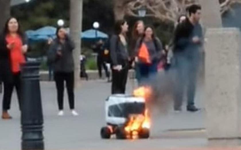 robot livraison prend feu video