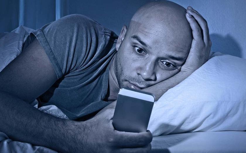 La lumière bleue des smartphones et la cigarette ne font pas bon ménage
