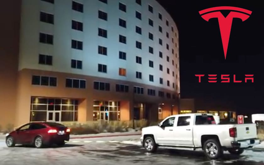 tesla model x deplace pickup gare superchargeur video