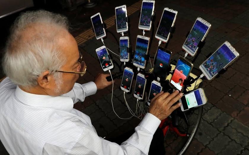 Accro au smartphone ? Cet homme de 70 ans joue à Pokémon GO à vélo sur 21 appareils à la fois !