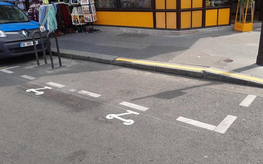 trottinettes électriques parking paris