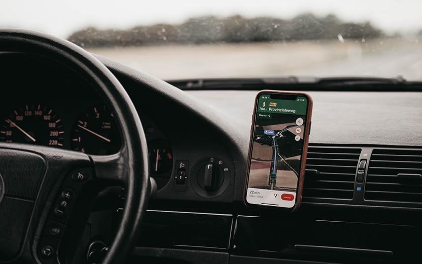 smartphone avec google maps fixé dans une voiture