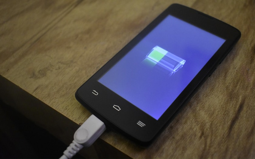 Un smartphone en train de se recharger