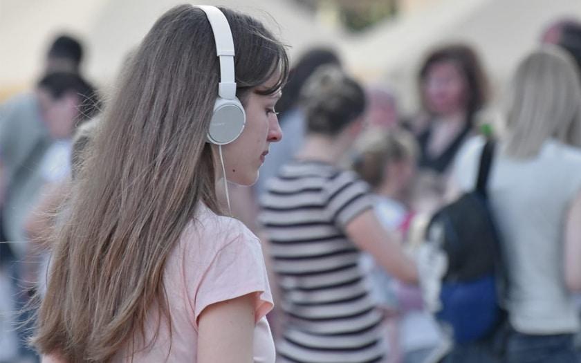 Femme ecoute musique casque