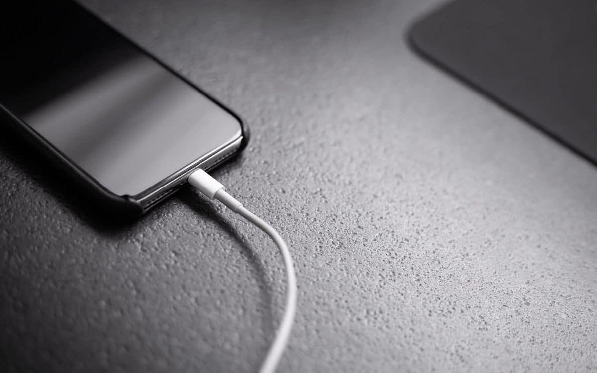 Un smartphone qui charge