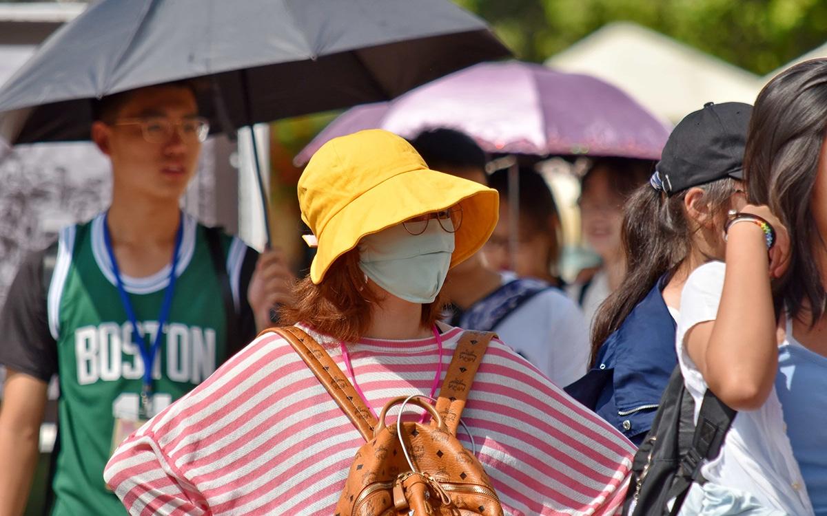 Femme portant un masque coranavirus