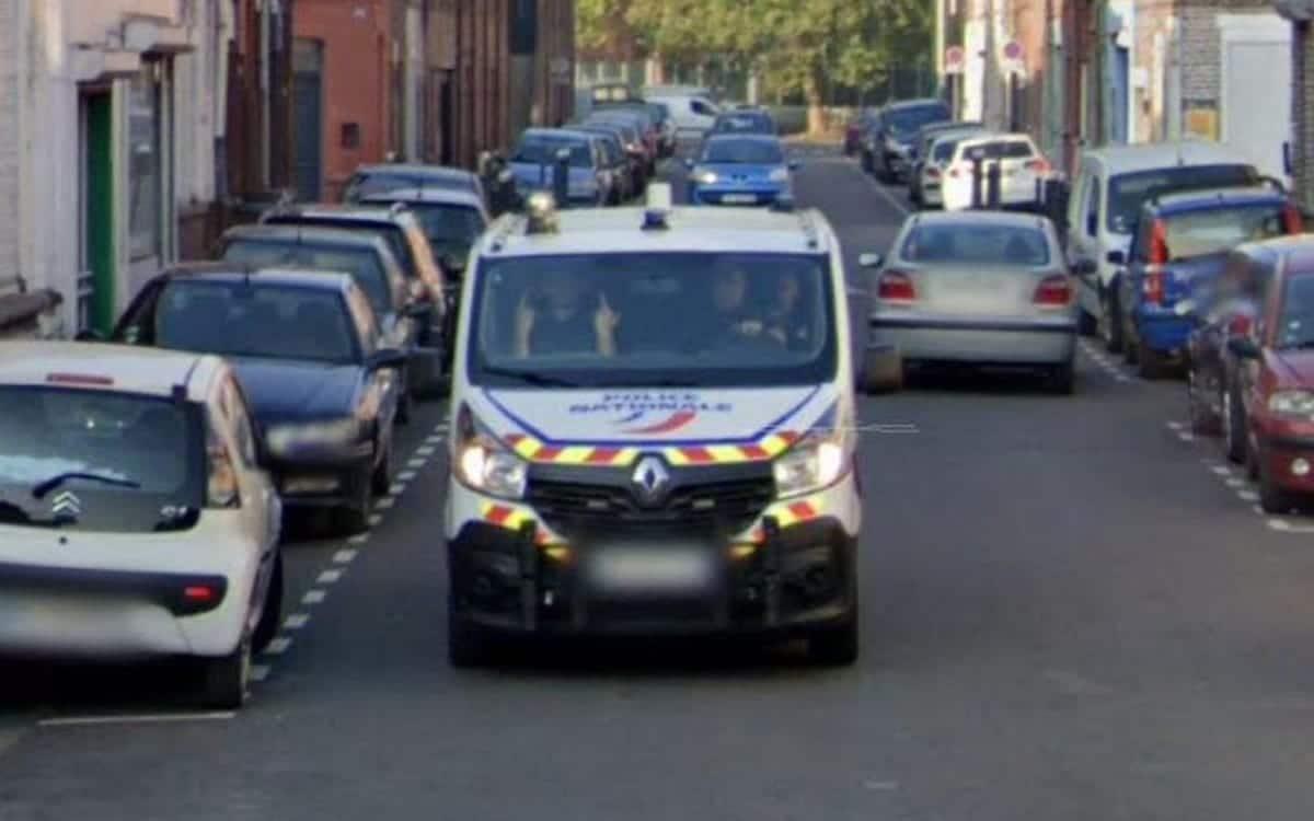 Doigt d'honneur policier Google Maps Car