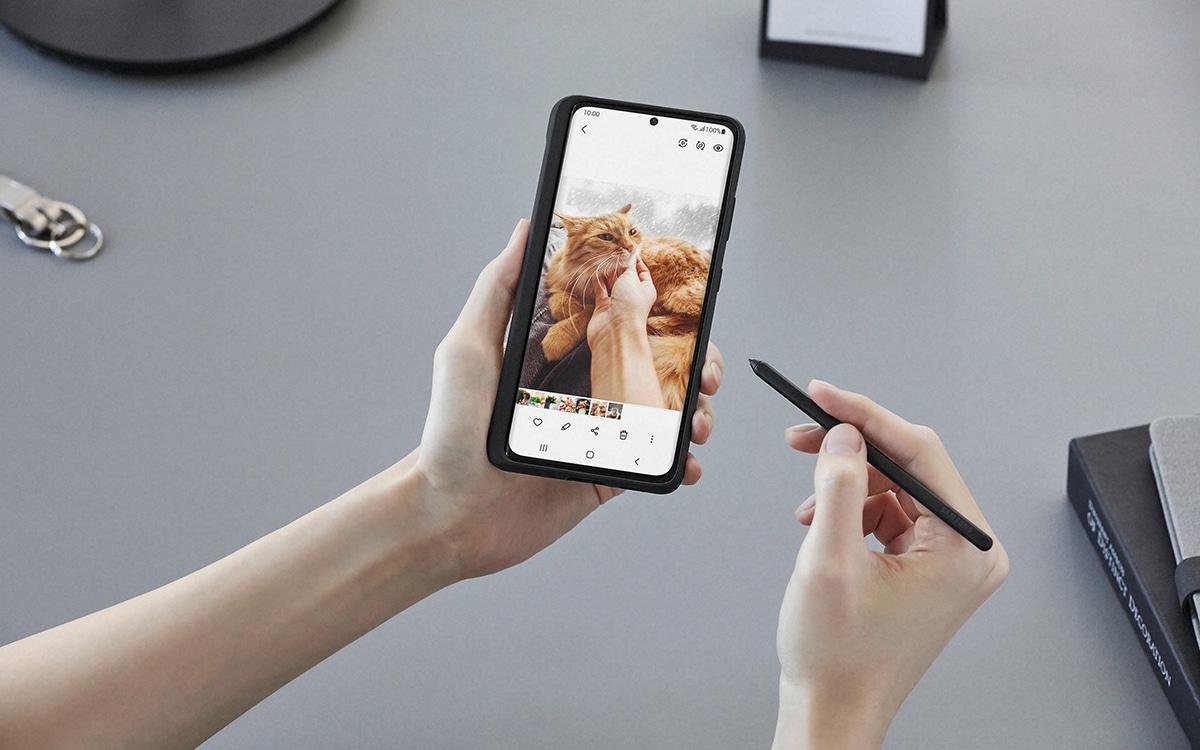 Samsung Galaxy S21 Ultra with its stylus