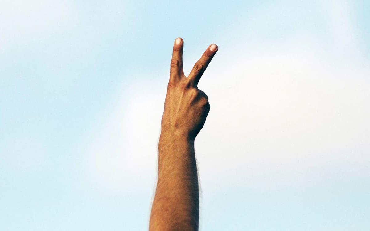 signe v main