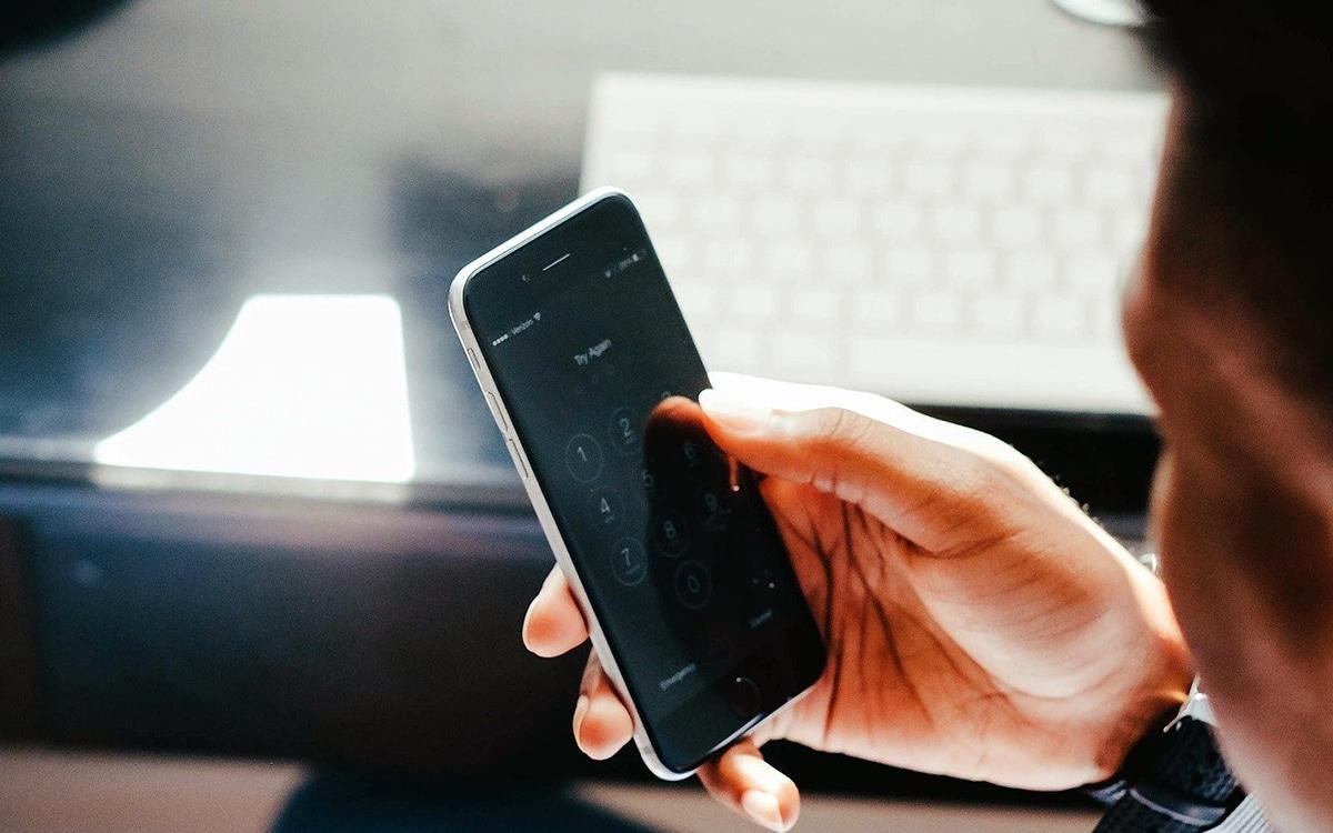 smartphone dans une main