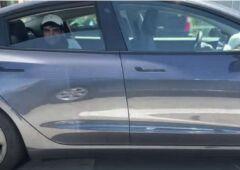 Un homme installé dans une Tesla sans personne au volant