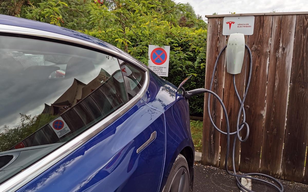 Voiture Electrique Tesla Borne