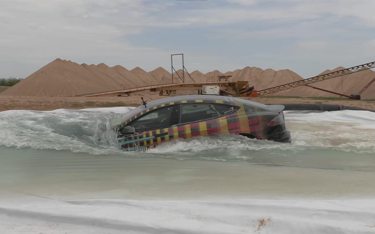 tesla model s dans l'eau